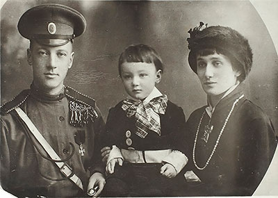 Н. Гумилёв и А. Ахматова с сыном Львом